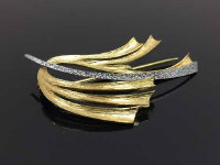 A 9ct two-tone gold brooch of contemporary leaf design, length 45 mm, 4.5g.