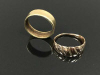 Two yellow metal rings, size M. (2)