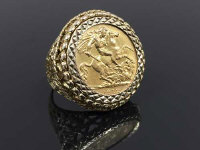 A 9ct gold half sovereign ring dated 1912, 9.7g, size O.