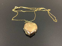 A 9ct gold heart locket on chain, 3.4g.
