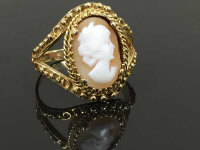 A 9ct gold cameo ring, size R.