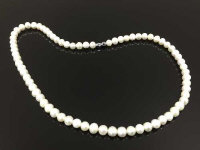 A pearl necklace with white metal screw clasp, length 55 cm.