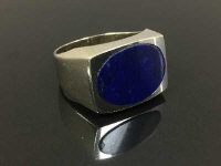 An 18ct white gold dress ring set with lapis lazuli, size Q.