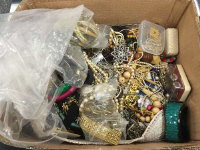 A very large quantity of jewellery boxes of various ages. (Q)