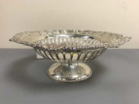 A silver pedestal bowl, the ribbed basin with shell and gadroon border, diameter 28 cm, 895g, Harrison Brothers & Howson (George Howson), London 1904.