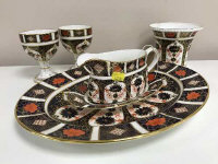 A Royal Crown Derby oval shaped plate, width 37.5 cm, Imari pattern 1128, together with sauce boat on stand, pair of goblets and small vase. (6)