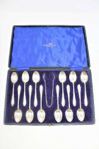 A set of twelve silver teaspoons and matching tongs, Walker & Hall, Sheffield 1927, cased.