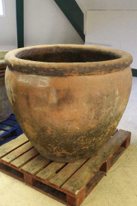 An oversized terracotta pot, diameter 114 cm.