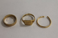 Two 9ct gold rings, together with an 18ct gold wedding band. (3)