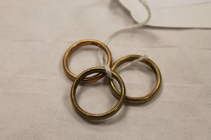 Three 9ct gold wedding bands, 8.7g.