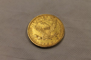 An 1893 United States of America 10 dollar gold coin, 16.7g.