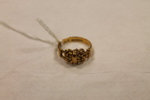 An 18ct gold buckle ring, 5.1g.