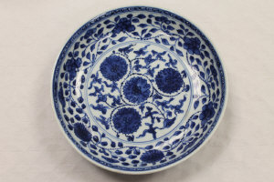 A Chinese blue and white shallow bowl, with six character mark to the base, diameter 19.8 cm.