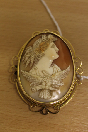 A 15ct gold cameo brooch, width 55mm.